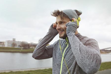 personas escuchando: La buena música es la motivación para correr