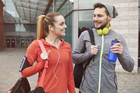 actividad fisica: Gimnasio estilo de vida de la joven pareja