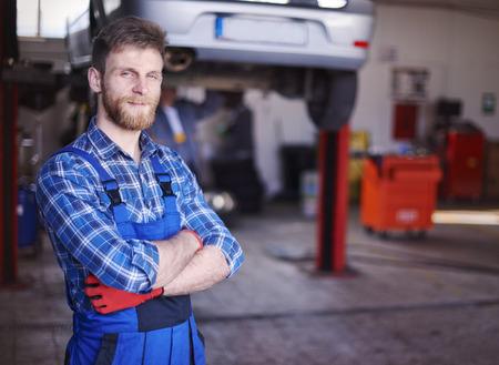 Er ist der beste Kfz-Mechaniker in der Stadt