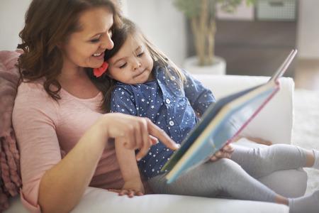 persona leyendo: La lectura de libros con mamá me hace más feliz Foto de archivo