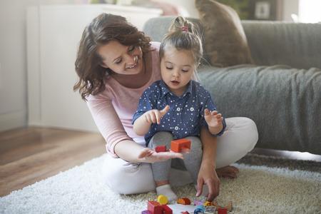 kinder spielen: Kleine Tochter ist sehr f�hig Lizenzfreie Bilder