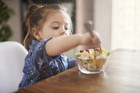 Ze houdt van eten vers fruit