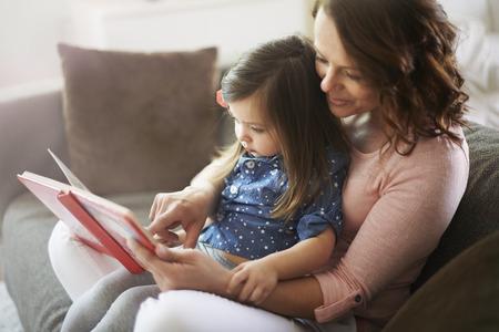 personas leyendo: El tiempo s�lo para la madre y su peque�a hija Foto de archivo