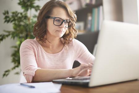 trabajando en casa: Cuidar sobre financiamiento a la vivienda es a veces difícil para mí