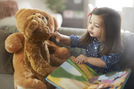niños sentados: Mi querido, escucha mi narración!