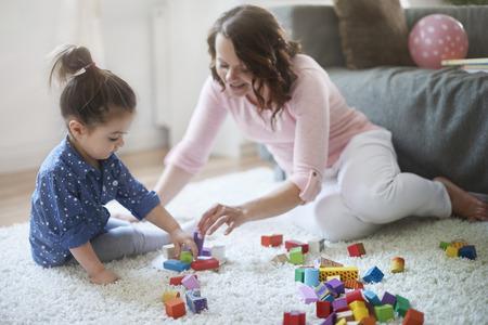 enfant qui joue: Jouer avec maman