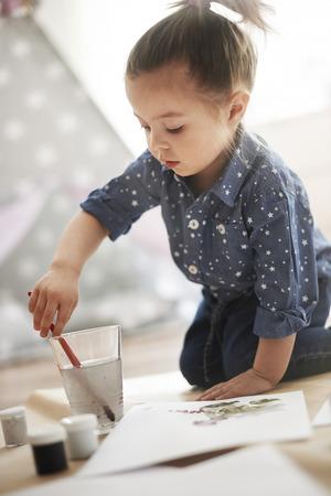 dessin enfants: La peinture est sa grande passion! Banque d'images