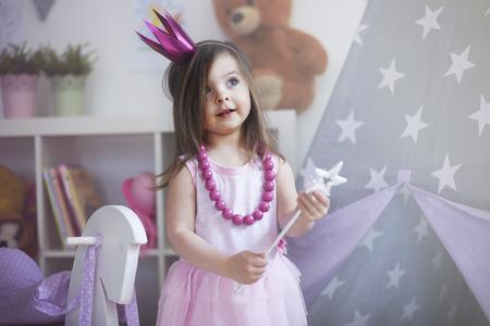 mignonne petite fille: Rêve d'être princesse devient réalité