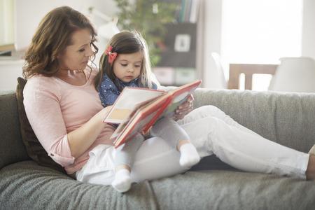 ni�os sonriendo: Relaje el tiempo de la madre y su peque�a hija Foto de archivo