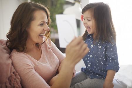 enfant qui joue: Apprendre l'alphabet avec ma maman