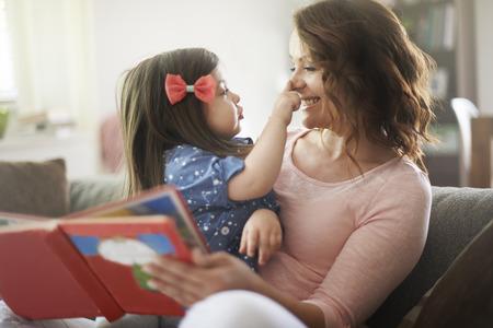 ni�os leyendo: Este es el tiempo en familia para la lectura de un libro Foto de archivo