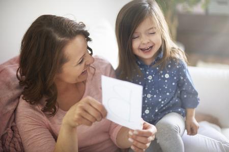 padres hablando con hijos: Diversión con la madre durante el aprendizaje