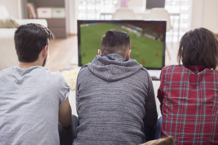 jugando futbol: Apoyar al equipo de fútbol favorito