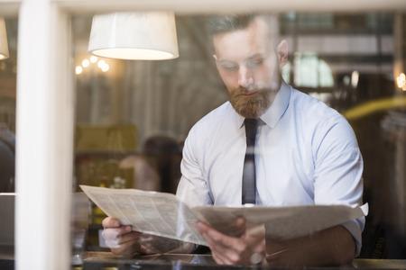 Jonge zakenman lezen van de krant