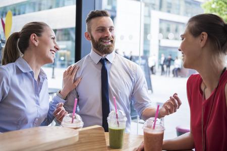 grupo de hombres: Después de que el trabajo que nos gusta pasar tiempo juntos