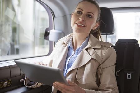 mujeres de espalda: El medio más cómodo de transporte para la gente de negocios
