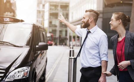 llegar tarde: Llamar al taxi, no podemos llegar tarde en la reunión Foto de archivo