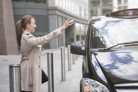 llegar tarde: Ella no puede llegar tarde al trabajo! Foto de archivo