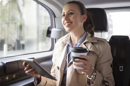 mujeres trabajando: Trabajando mientras que un drive-solamente con el transporte seguro de