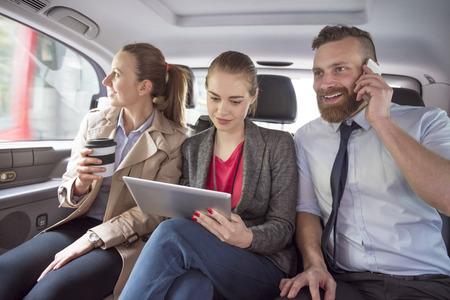 cab: Equipo de negocios en el camino a las reuniones