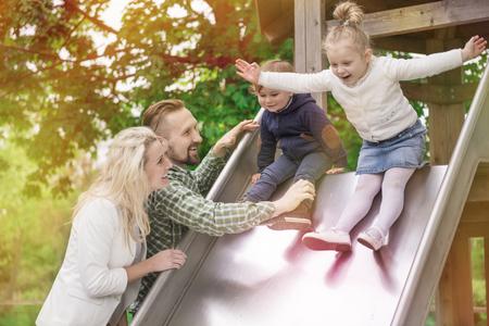 niñas pequeñas: Muy divertido en el patio
