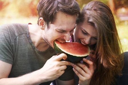 pareja comiendo: Sandía como símbolo del verano Foto de archivo