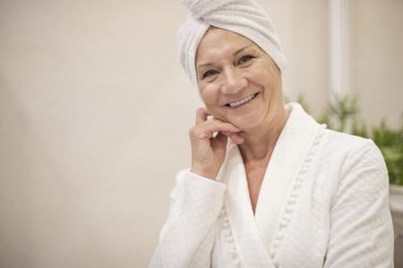 personas de pie: Superior de la mujer con la toalla en el pelo