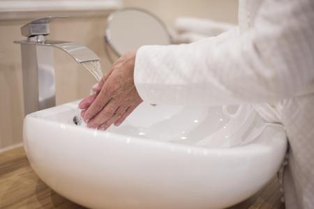 lavandose las manos: Lavarse las manos en el ba�o