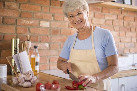 dieta sana: Mujer mayor que prepara una comida Foto de archivo
