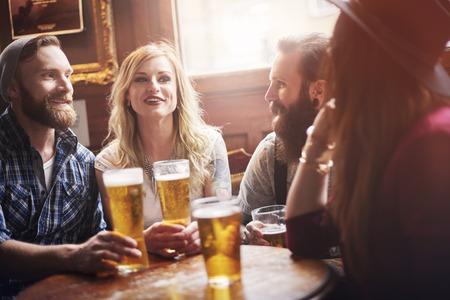 femmes souriantes: Leur bar favori avec la meilleure bière