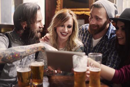 hombre tomando cerveza: Compartir con los amigos nuevas ideas para el tatuaje