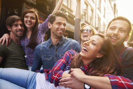 personas en la calle: Día divertido con los mejores amigos