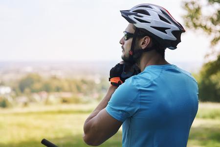 hombre deportista: Ciclista disfruta de la vista durante el viaje