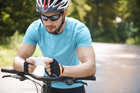 ciclista: Ciclista utilizando su tel�fono m�vil