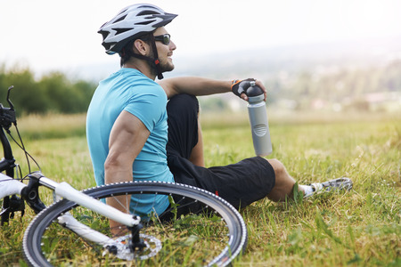hombre deportista: Pocos minutos de descanso y unos sorbos de agua Foto de archivo