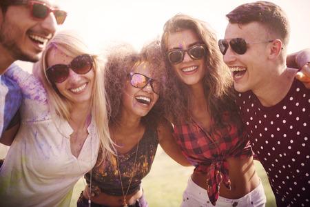 persona feliz: Nuestro mundo es muy colorido