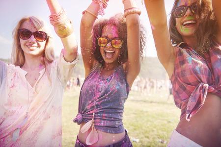Kleurrijke meisjes tijdens het festival Stockfoto