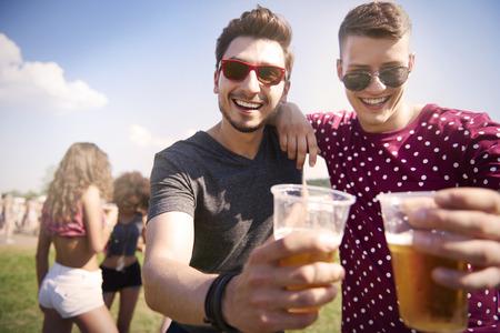 hombre tomando cerveza: Festival de música con mi amigo