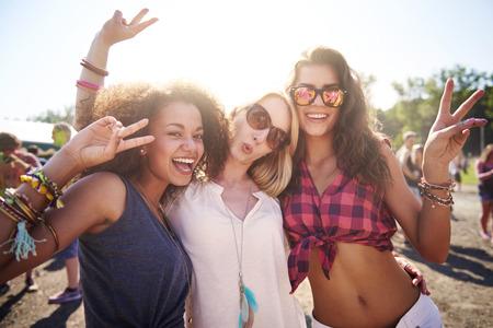 fiesta: Tres mejores amigos en el festival