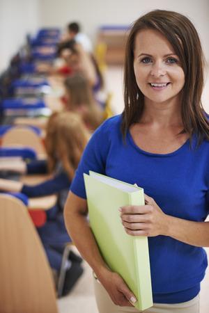 salle de classe: Femme enseignant debout dans la salle de classe Banque d'images