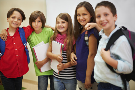 escuela primaria: Grupo de los mejores amigos de la escuela Foto de archivo
