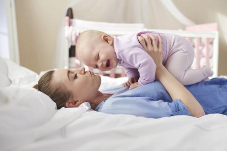 bebes ni�as: Madre que levanta su linda reci�n nacido