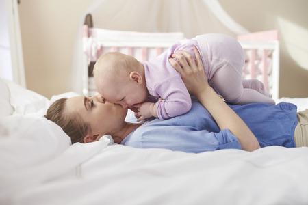 bebes ni�as: Abrazos con la mam� en la cama