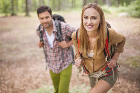Paar wandelen in het bos Stockfoto