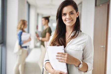 estudiantes universitarios: Retrato de la hermosa joven estudiante en la universidad