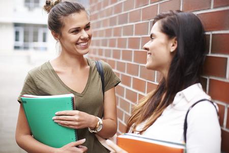 dos personas hablando: Estudiar en la universidad con el mejor amigo