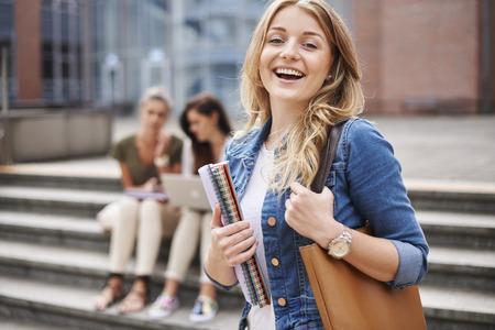 estudiantes universitarios: Hermoso día en el campus