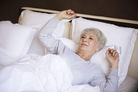 levantandose: Algunos de estiramiento en la mañana antes de levantarse