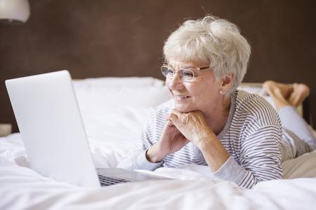 Mijn bed en de computer is de beste combinatie Stockfoto