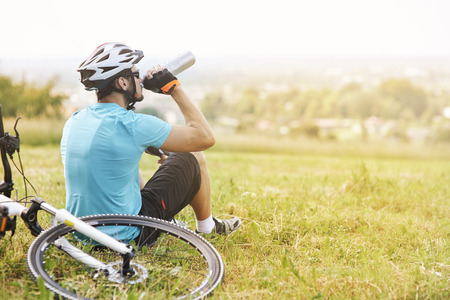 ciclista: Hermosa vista mientras toma un descanso